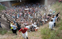Fluchtmasse: Während der Street-Parade in Duisburg kommt es zu einer Massenpanik. Menschen werden zu Tode getrampelt