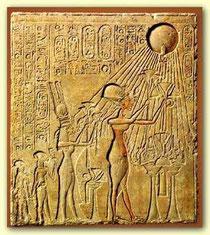 der ägyptische Sonnengott Aton; Pharao Echnaton sieht sich selbst als Abkömmling des Sonnengottes
