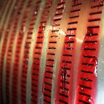 Weingut Trautwein: Keltern roter Trauben, der Saft wird aufgefangen und zu Wein vergoren