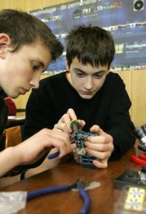 Schüler beim praktischen Arbeiten