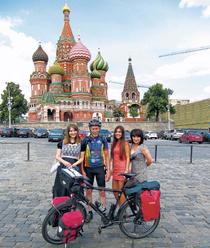 Auf dem Roten Platz in Moskau wurde der deutsche Radler selbst zur Touristenattraktion. Man ließ sich mit ihm ablichten.