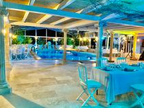 Mariage au bord de la piscine avec lumière architecturale