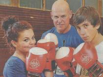 v.l.: Elisa und David (beide 14) mit ihrem Trainer Michael Mock. (Quelle: Hamburger Morgenpost, Foto: Quant.)