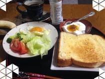 目面しくパンの朝食です。新しく出来たパン屋さんの食パン!