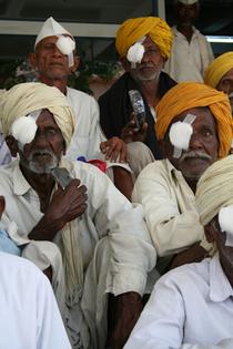 Indische Männer nach der Augen-Operation