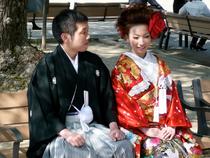 Jeune couple endimanché (kimonos traditionnels)