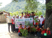 Many students actively participating in tree planting at Jepara Junior High School even on holiday