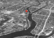 Красная точка обозначает место падения бомбы.