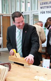 Kai Seefried MdL (CDU) bewies sein Geschick am  Messestand der Tischlerinnung und der Jobelmannschule Stade