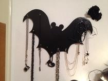 fertige Fledermaus an die Wand hängen und Ketten & Co platzieren