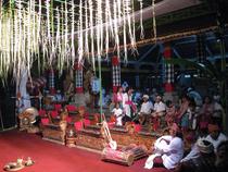 オダラン(寺院祭)の会場に設置されたガムラン・ゴン クビャール(バリ島)
