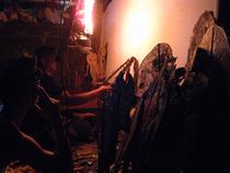 燃え盛る炎の下、ダランは人形を操りワヤンの総指揮をとります。