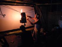 ランプは椰子油を定期的に補充して使用します。
