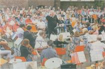 Beim Serenadenkonzert auf der Erkelenzer Burg dirigierte Norbert Brendt am frühen Sonntagabend das Orchester der Kreisvolkshochschule. Es gab für die Darbietungen viel Applaus.                                        rp-foto: jürgen laaser