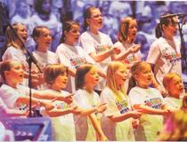 Ab kommenden Montag üben die Schülerinnen und Schüler in ihren Schulen Lieder ein, um dann im Juni im großen Rund der Kölner Lanxess Arena einen gigantischen Kinderchor zu bilden. FOTO: ANJA ALBRECHT