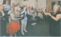 Annette Wagner, die neue Kantorin der evangelischen Gemeinde in Erkelenz. dirigiert ihren Kirchenchor.                                  rp-foto: günter passage