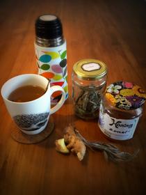 verwarmende thee van gember en salie met honing