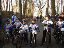 Foto (v.l.n.r.): Maxim Neigum, Lukas Zauner, Luca Röhm, Nicolai Neigum, Joel Grunden, Vincent Teschke, Michael Zauner im Hintergrund in blau-weiß.