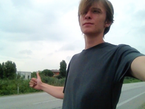 trampen Italien Adria Junge Mann Backpacker Daumen raus