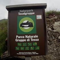 Naturpark Texelgruppe Schild Verbote Alpen Italien Südtirol E5 Wandern Berge