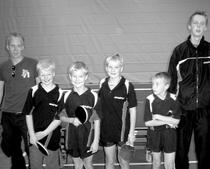"""Die Kreismeister (v. l.) : Nachwuchstrainer Thomas Wibbe, Torben Vogt, Laurin Koch, (Kapitän) Julian Adams, Dennis Blanke, Nachwuchstrainer und Mannschaftsführer """"Sebi"""" Pritzel."""