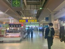 ↑新幹線・JRは改札を出ると目の前が時計があり、イベントスペースです。