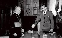 Il cardinale Jorge Mario Bergoglio con il dittatore argentino Jorge Rafael Videla