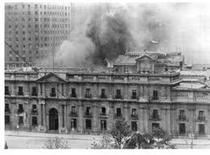 Il palazzo della Moneda bombardato