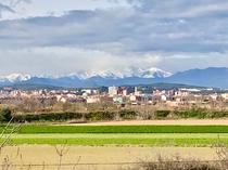 Figueres vor verschneiten Gipfeln