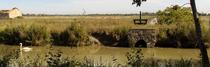 un canal dans le marais assèché