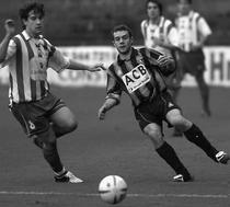 Mikel Elejalde presiona a Koikili, en el partido de la temporada 2005-06. Foto: Mundo Deportivo.