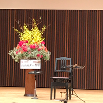 先生の演奏前のステージ♪緊張感がありますね(^^)