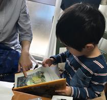 お姉ちゃんがプレゼントした絵本を読む甥っ子♡