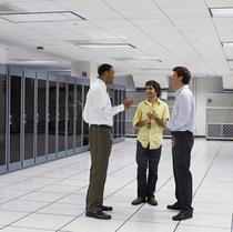 Web Server sering dimuatkan dalam bilik khas dan dikendalikan oleh profesionnal IT. Web server boleh menyimpan berpuluh ribu laman web serentak dari pemilik seluruh dunia.