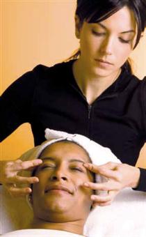 Massagetechniken können Energieblockaden lösen. Asiatische Methoden arbeiten mit Meridianbahnen. Foto:www.istockphoto.com