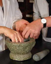 Wissen über Hausmittel und traditionelle Heilmethoden ist in den 70er und 80er Jahren stark zurückgegangen. Nun nehmen Angebote und Methoden wieder zu, es wird aber auch viel mit asiatischem Wissen vermischt. Foto:Peta Klotzberg