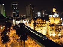Parque Berrio und Metro bei Nacht - Medellin - Kolumbien