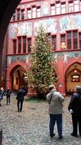 jedes Jahr wieder schön, der Weihnachtsbaum im Basler Rathaus