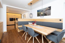 Eine Küche zum Wohlfühlen! Der Essbereich der Küche lädt zu gemütlichen Abenden ein! Der Tisch ist aus massiver Braunesche gefertigt. Die Polsterung ist mit Lodenstoff überzogen! Foto: Matthias Sedlak