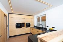 Eine Küche zum Wohlfühlen! Diese Küche aus echtem Altholz bietet viel Stauraum und ermöglicht ein praktisches Arbeiten! Die Arbeitsplatte und die Blenden sind aus Granit. Foto: Matthias Sedlak