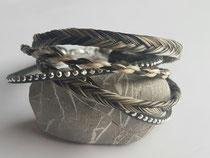 Fischgräten und 4-fach rund geflochten aus dem Haar von 4 Pferden auf 3 Strähnen verteilt mit Kunstleder-Nietenband