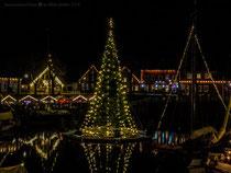 Lichtermeer mit schwimmendem Weihnachtsbaum