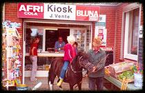 Kiosk von Janis & Heidi Vente, vorne Onkel Willy. Aus dem Jahr 1980.