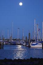 Der Yachthafen bei Vollmond