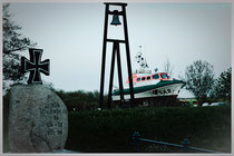"""Am """"Oll Haven"""" - mit Gedenkstein, der Glocke und dem Rettungsboot """"Eppe de Bloom"""""""