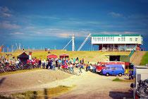 Top Stimmung bei top Wetter, mit der Strandhalle im Hintergrund - Live am Deich