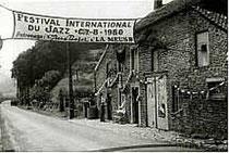La banderolle à l'entrée du village