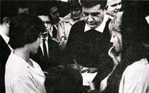 Joe Napoli signant des autographes en 1961