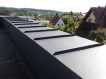 Mauerabdeckung Aluminium anthrazit auf Flachdachterrasse