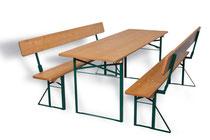 Lehnenbänke und dazu ein breiter Tisch